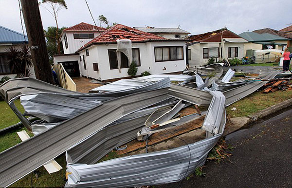 2F6ABF0B00000578-3362310-Damage_at_Bridges_Street_in_Kurnell_where_much_of_the_destructio-a-16_1450273143248