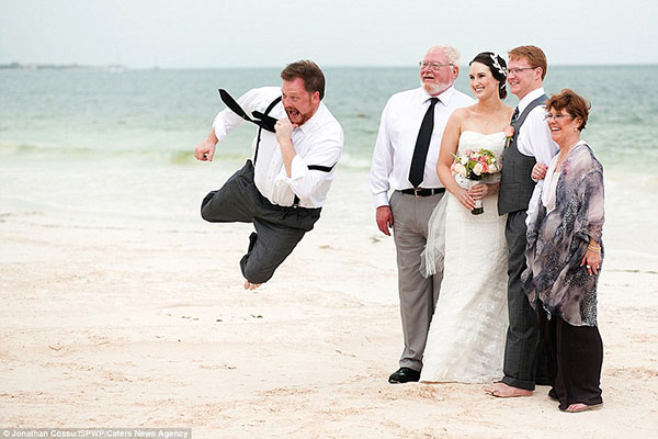 30129A1000000578-3395422-Flying_photobomber_A_guest_flies_through_the_air_as_the_wedding_-a-11_1452648165844