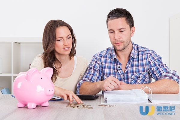 budget-young-couple-piggy-bank-coins-financial-planning