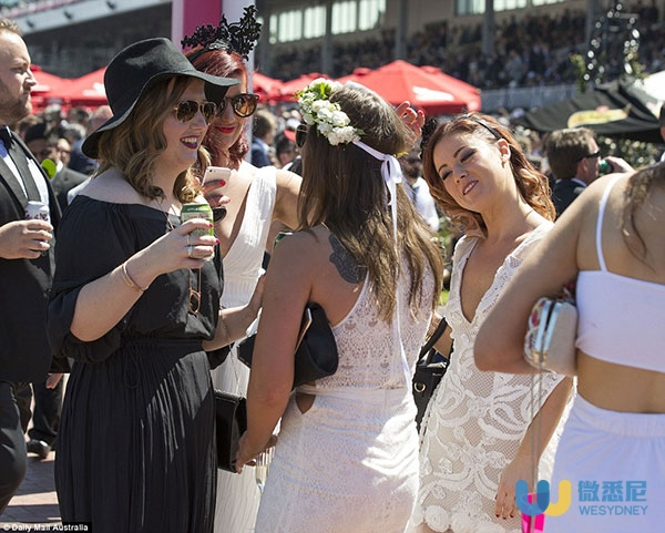 39d4cfe800000578-3884722-racegoers_enjoying_the_drinks_and_the_sunny_weather_with_women_w-a-11_1477729146986