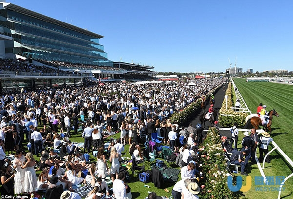 39d5369f00000578-3884722-an_enormous_crowd_of_90_000_people_flocked_to_flemington_and_mad-a-5_1477729146242