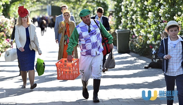 39edb1b500000578-3891696-dressed_for_the_occasion_this_man_carried_an_empty_basket_and_ba-a-5_14779631929